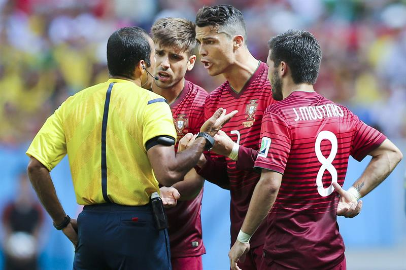 Portugal players Cristiano Ronaldo (2-R), Joao Moutinho (R) and Miguel Veloso argue with the referee Nawaf Shukralla. EFE