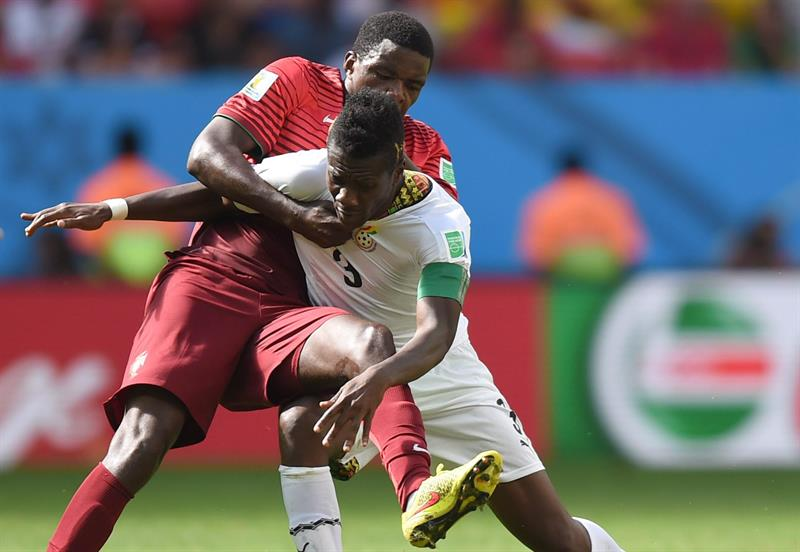 Asamoah Gyan (R) of Ghana in action against William (L) of Portugal during the FIFA World Cup 2014 group G. EFE