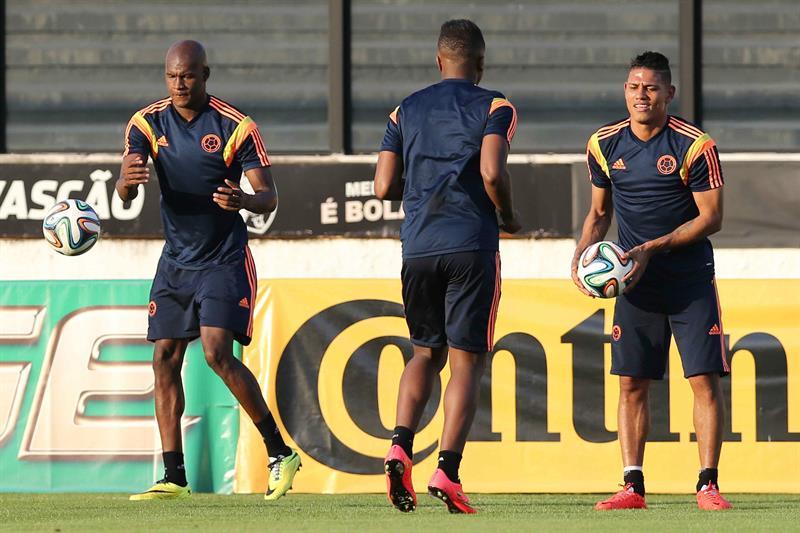 Los jugadores de la selección Colombia Alexander Mejía (d) y Víctor Ibarbo (i) participan en un entrenamiento. EFE