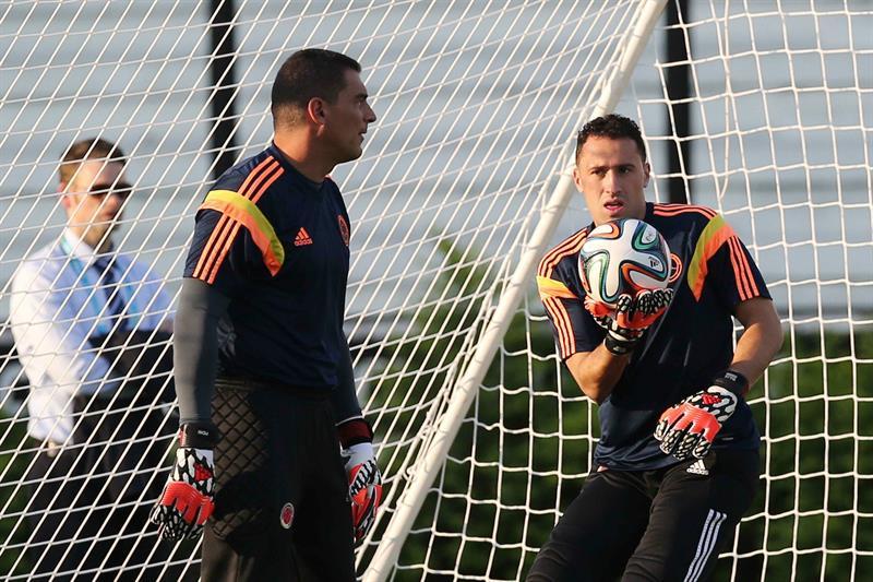 Los arqueros de la selección Colombia David Ospina (d) y Faryd Mondragón (i) participan en un entrenamiento. EFE