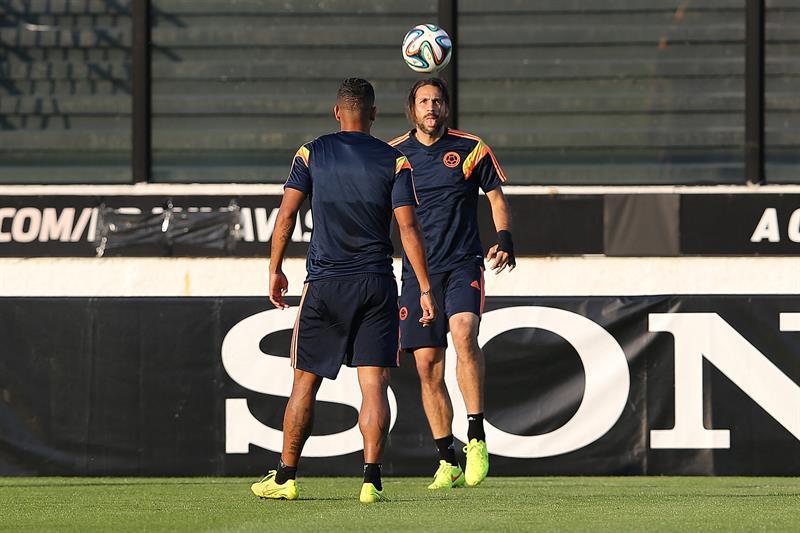 El jugador de la selección Colombia Mario Alberto Yepes participa en un entrenamiento en el estadio. EFE