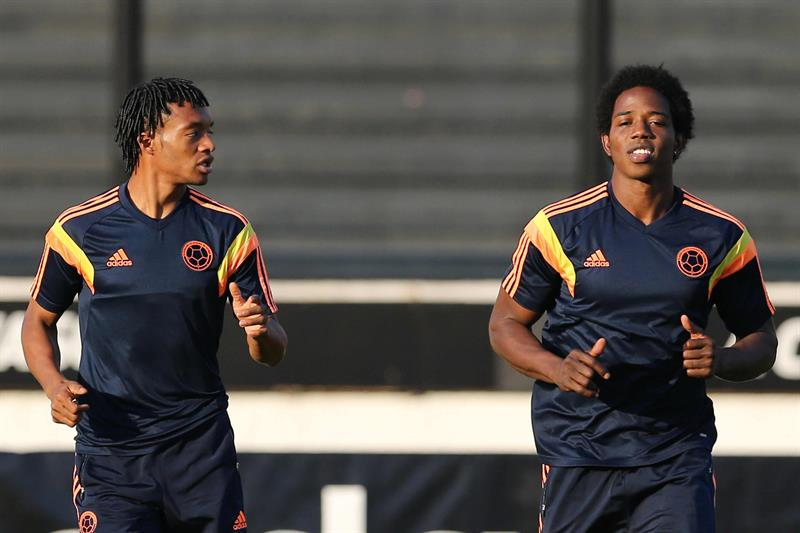 Los jugadores de la selección Colombia Juan Guillermo Cuadrado (i) y Carlos Sánchez (d) . EFE