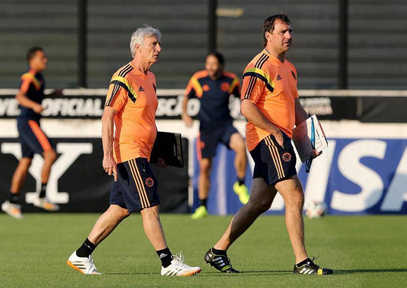 El técnico de la selección Colombia José Pekerman observa a sus jugadores en un entrenamiento . EFE