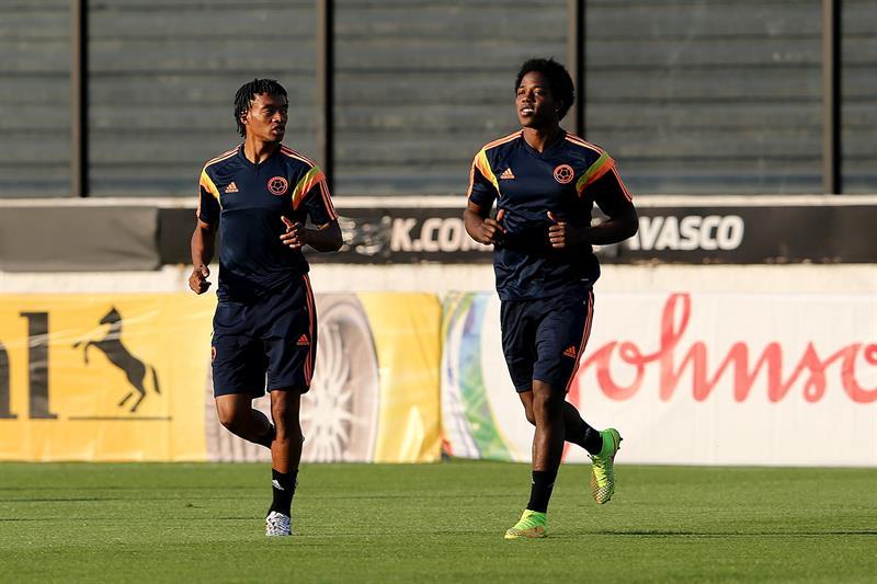 Los jugadores de la selección Colombia Juan Cuadrado (i) y Carlos Sánchez (d) participan en un entrenamiento. EFE