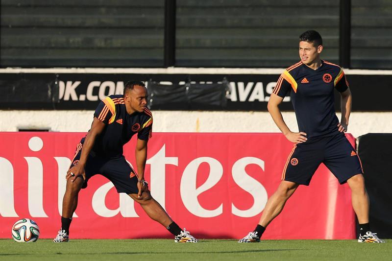 Los jugadores de la selección Colombia James Rodriguez (d) y Camilo Zuñiga (i) participan en un entrenamiento . EFE