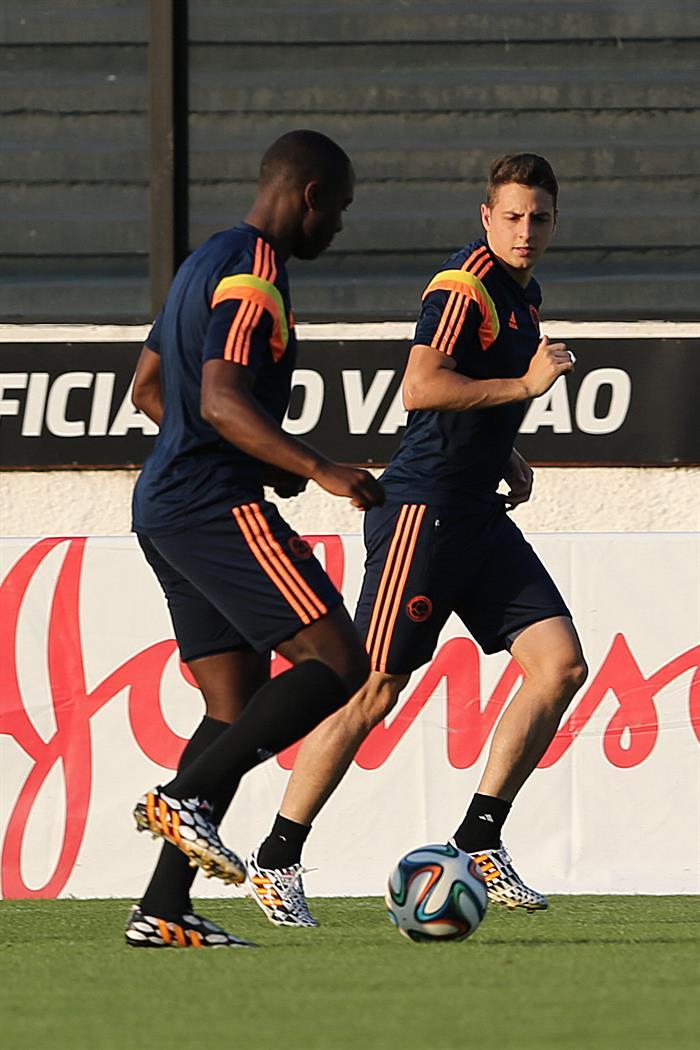 Los jugadores de la selección Colombia Santiago Arias (d) y Eder Álvarez Balanta participan en un entrenamiento. EFE