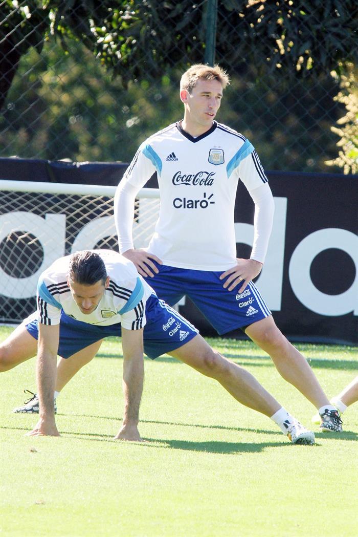 Los jugadores de la selección Argentina Martín Demichelis (i) y Lucas Biglia (d) . EFE