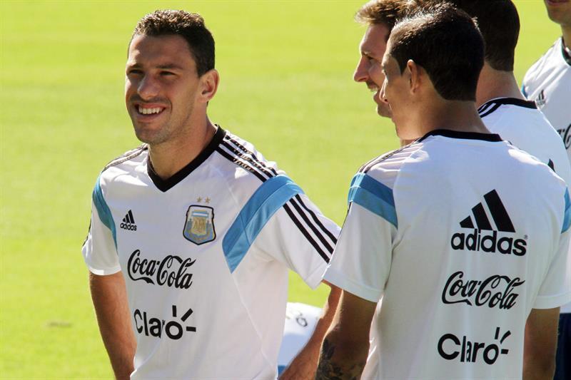 El jugador de Argentina Maxi Rodríguez (i), Lionel Messi (c), y Ángel Di María (espalda) . EFE