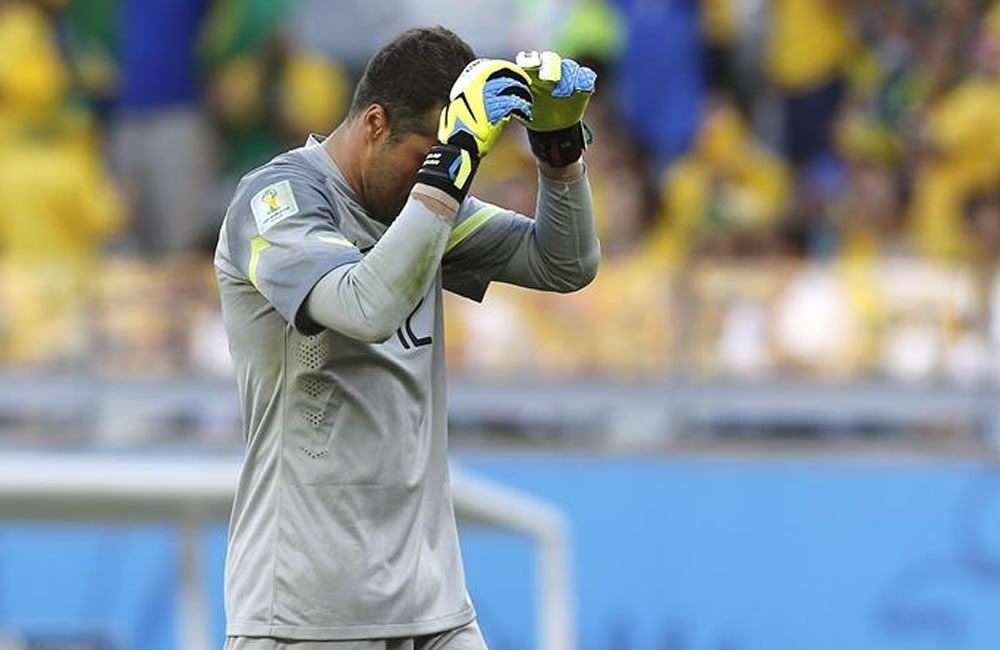 El guardameta brasileño Julio César durante el partido Brasil-Chile. EFE