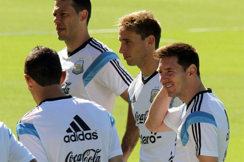 Los jugadores de la selección Argentina Martín Demichelis (c), Federico Fernández (C), Lionel Messi (d). EFE
