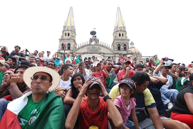 Aficionados lamentan en ciudad de Guadalajara. EFE