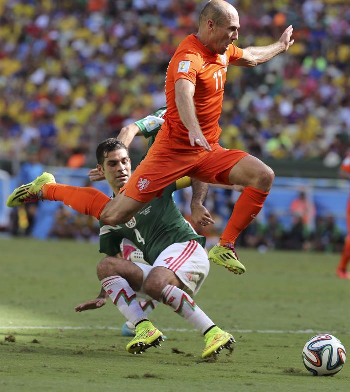 El delantero holandés Arjen Robben salta por encima del defensa mexicano Rafael Márquez. EFE