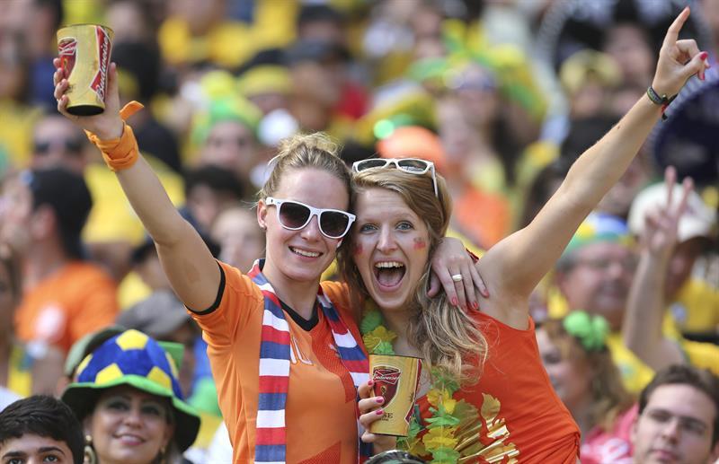Aficionadas holandesas durante el partido Holanda-México. EFE