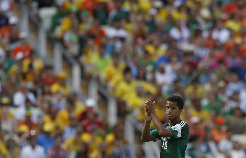 El delantero mexicano Giovani Dos Santos antes de ser sustituido durante el partido Holanda-México. EFE