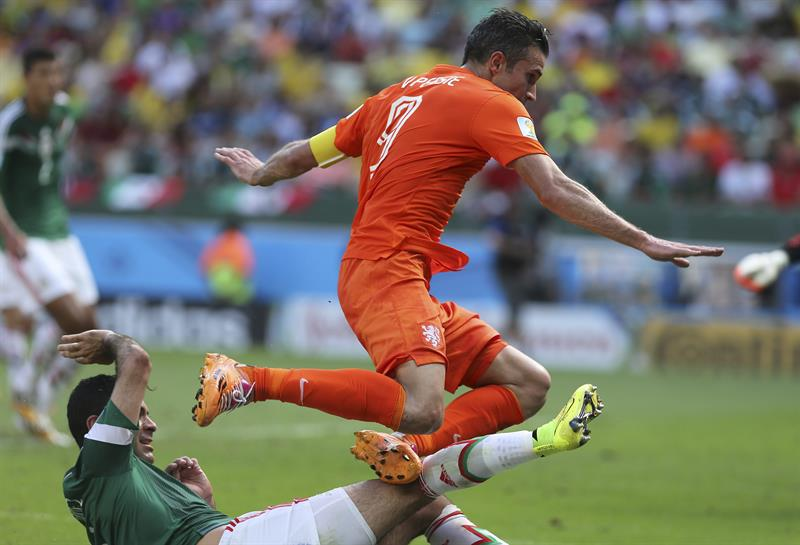 El delantero holandés Robin van Persie (d) ante el defensa mexicano Rafael Márquez, durante el partido Holanda-México. EFE