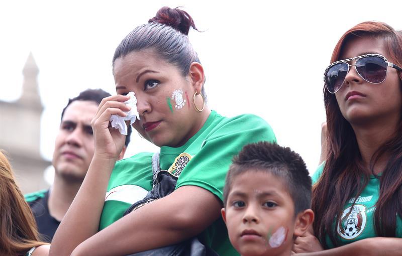 Aficionados lloran en ciudad de Guadalajara. EFE