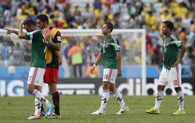 Los jugadores de México al finalizar el partido Holanda-México. EFE