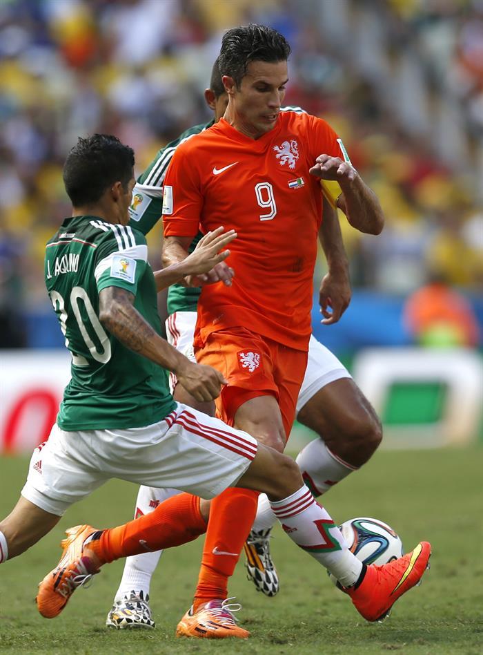 El centrocampista mexicano Javier Aquino (i) y el delantero holandés Robin van Persie. EFE