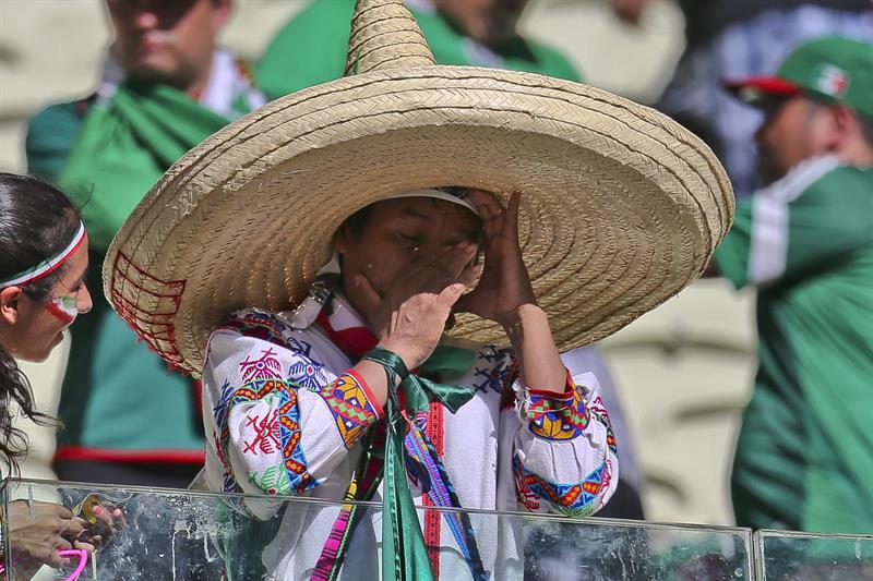 Hinchas de México lamentan la derrota del equipo ante Holanda . EFE