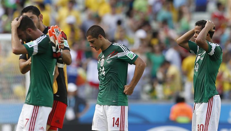 Varios jugadores mexicanos tras caer derrotados ante Holanda en el partido Holanda-México. EFE