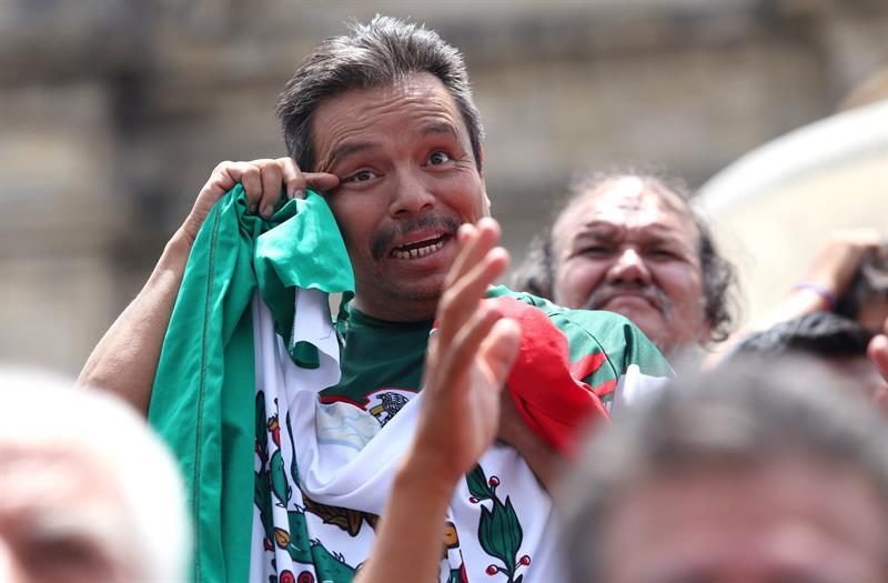 Aficionados lloran en ciudad de Guadalajara . EFE