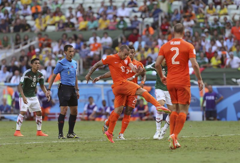El centrocampista holandés Wesley Sneijder dispara a puerta para lograr el empate con la selección mexicana. EFE