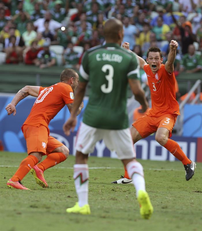 El centrocampista holandés Wesley Sneijder (i) celebra el gol marcado ante México, el primero del equipo, . EFE