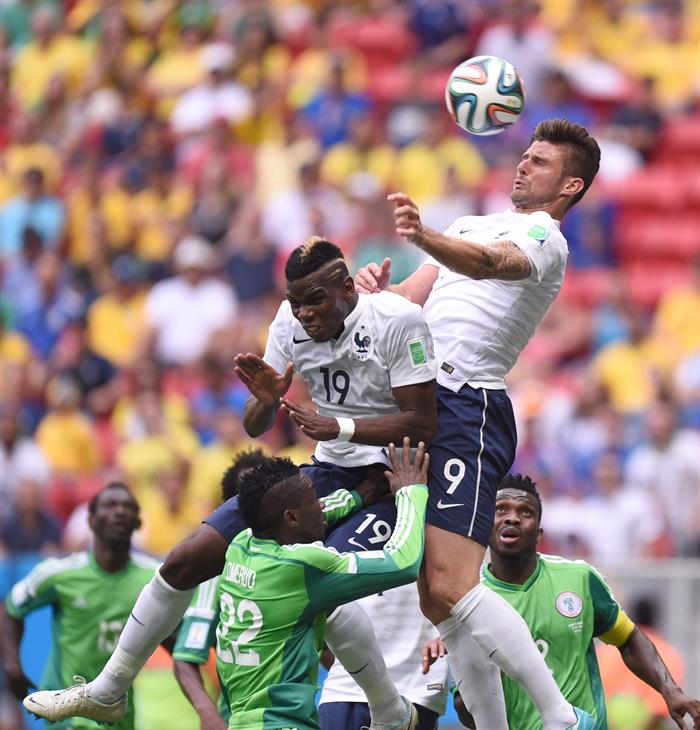 Paul Pogba (C) and Olivier Giroud (top) of France go for a header during the FIFA World Cup 2014. EFE