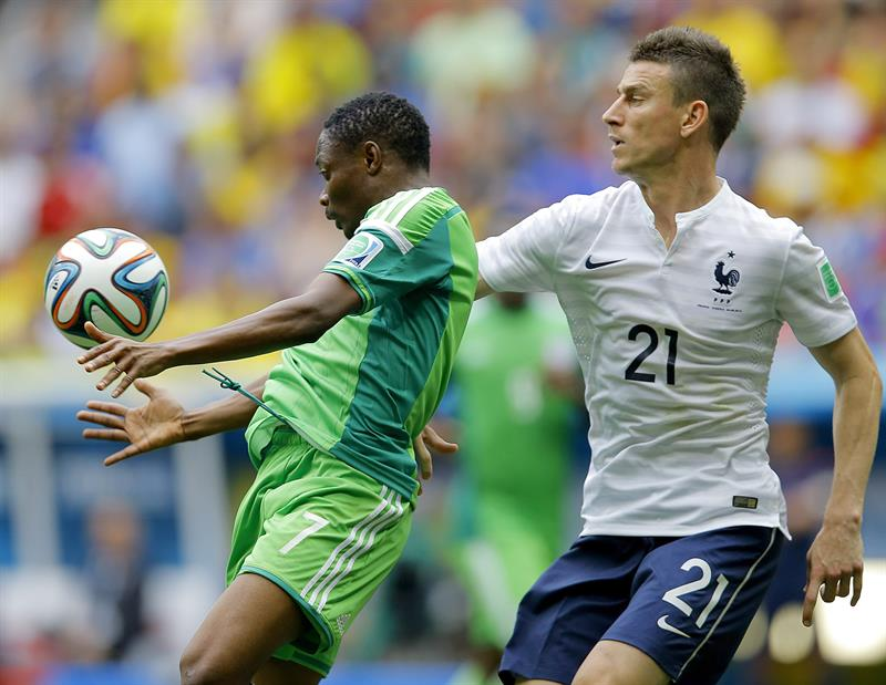 Ahmed Musa (L) of Nigeria in action with Laurent Koscielny of France during the FIFA World Cup 2014. EFE