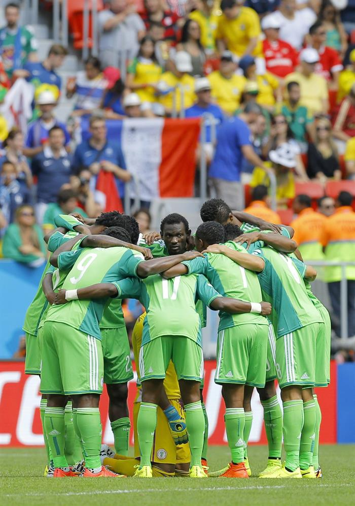 Players of Nigeria gather before the FIFA World Cup 2014 round of 16 match between France and Nigeria. EFE