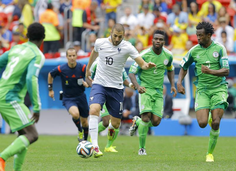 Karim Benzema (C) of France in actioon with Efe Ambrose (R) of Nigeria during the FIFA World Cup 2014. EFE