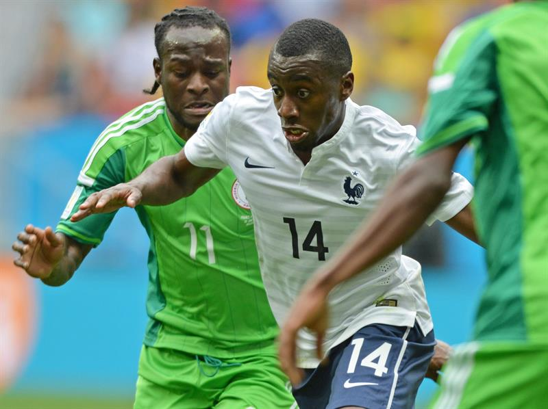Nigeria's Victor Moses (L) and France's Blaise Matuidi (R) vie for the ball during the FIFA World Cup 2014. EFE