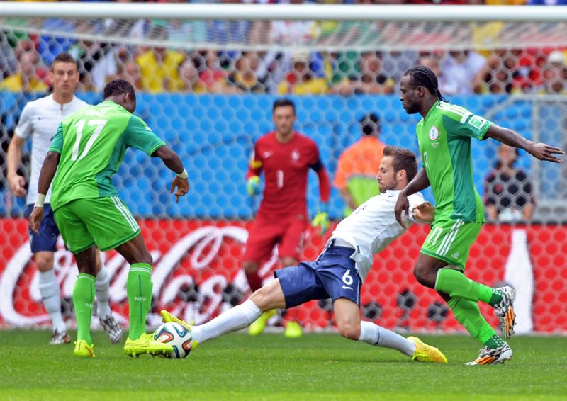 Nigeria's Ogenyi Onazi (L) and Victor Moses (R) and France's Yohan Cabaye (C) vie for the ball during the FIFA World Cup 2014. EFE