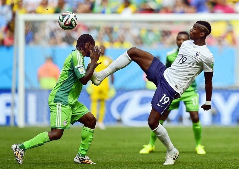 Victor Moses (L) of Nigeria in action against Paul Pogba (R) of France during the FIFA World Cup 2014. EFE