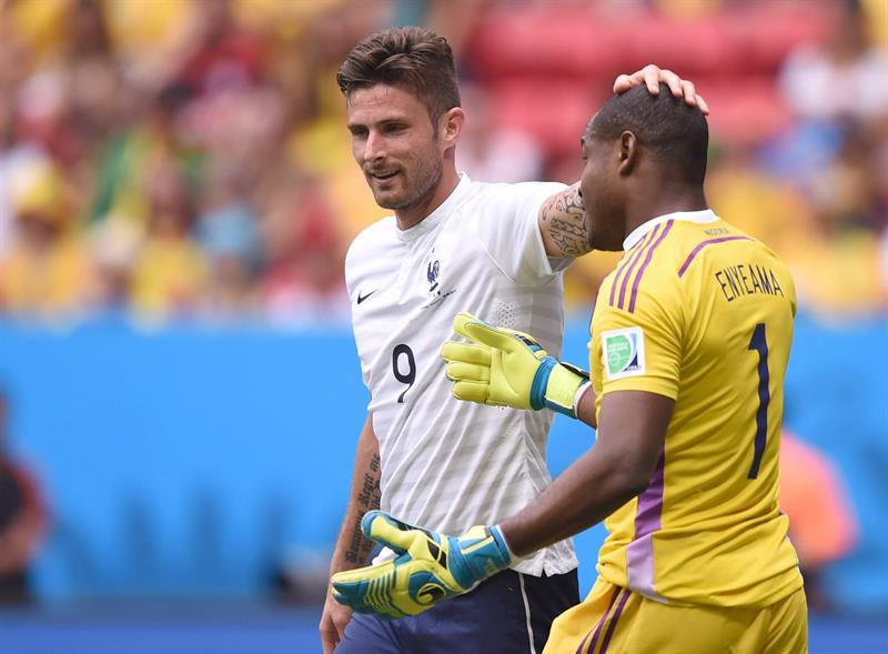 Olivier Giroud (L) of France and goalkeeper Vincent Enyeama of Nigeria during the FIFA World Cup 2014. EFE