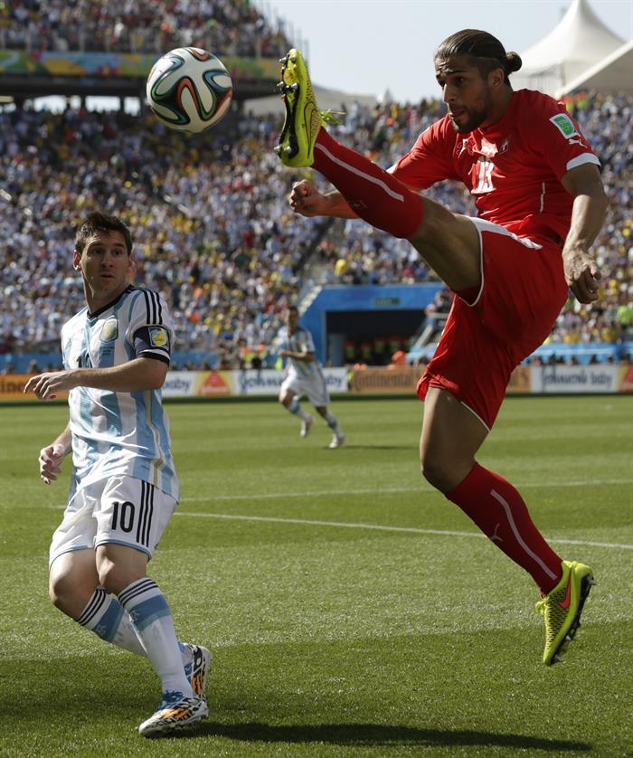 El defensa suizo Ricardo Rodriguez (d) controla el balón ante el delantero argentino Lionel Messi (i). EFE