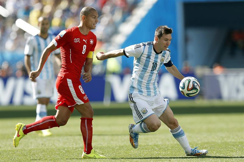 Lionel Messi (R) of Argentina in action against Gokhan Inler (L) of Switzerland during the FIFA World Cup 2014. EFE