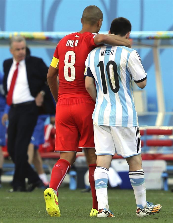 El delantero argentino Lionel Messi (d) y el centrocampista suizo Gokhan Inler. EFE