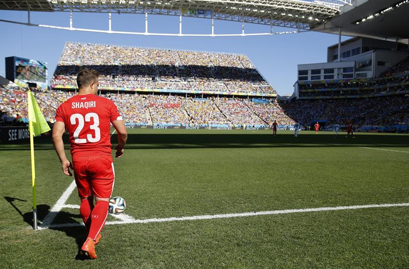 El centrocampista suizo Xherdan Shaqiri saca un corner durante el partido Argentina-Suiza. EFE