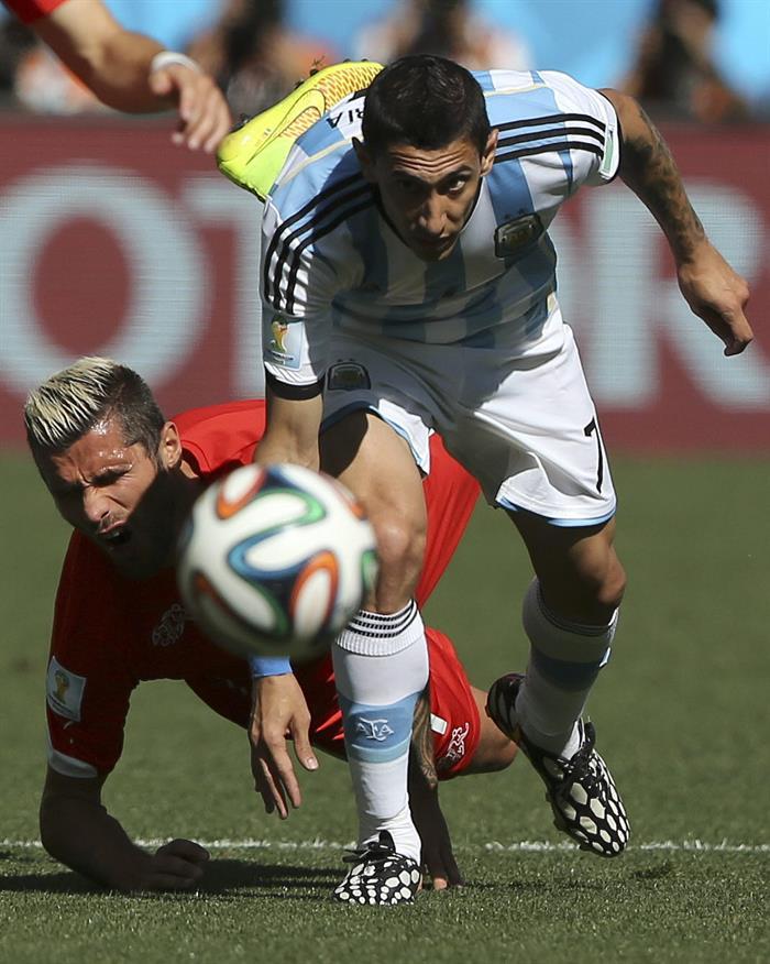 El centrocampista argentino Ángel di María (d) y el centrocampista suizo Valon Behrami. EFE