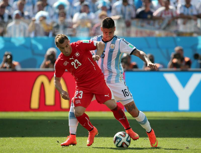 Xherdan Shaqiri (L) of Switzerland in action with Marcos Rojo of Argentina during the FIFA World Cup 2014. EFE