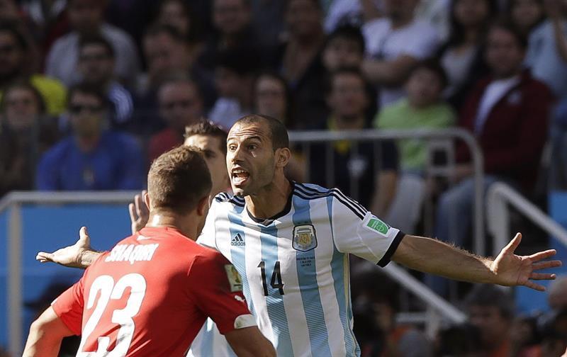 El centrocampista argentino Javier Mascherano (d) ante el centrocampista suizo Xherdan Shaqiri. EFE