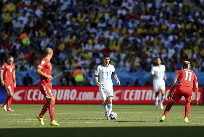 El delantero argentino Lionel Messi con el balón ante el centrocampista suizo Valon Behrami (d). EFE