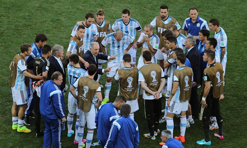 El entrenador de la selección argentina Alejandro Sabella (c) junto a sus jugadores antes del inicio de la prórroga. EFE