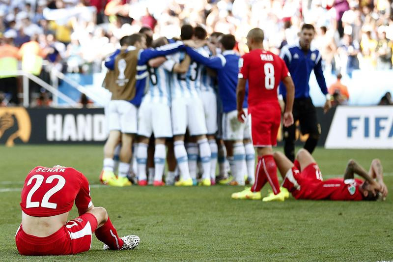 Swiss player Fabian Schaer (L) and his teammates show their dejection as Argentinian players (back C) celebrate after the FIFA World Cup 2014. EFE