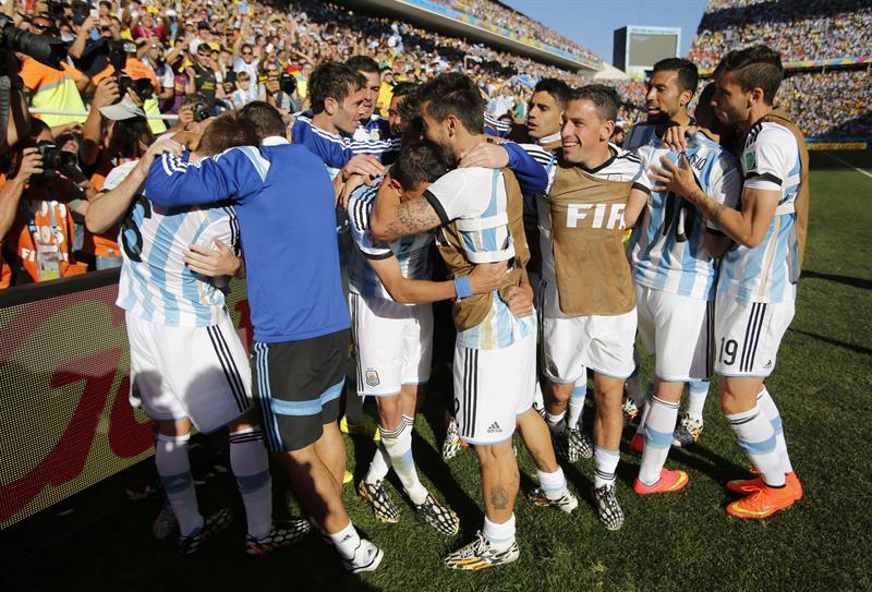 Los jugadores de la selección argentina celebran el gol marcado por su compañero Ángel Di María. EFE