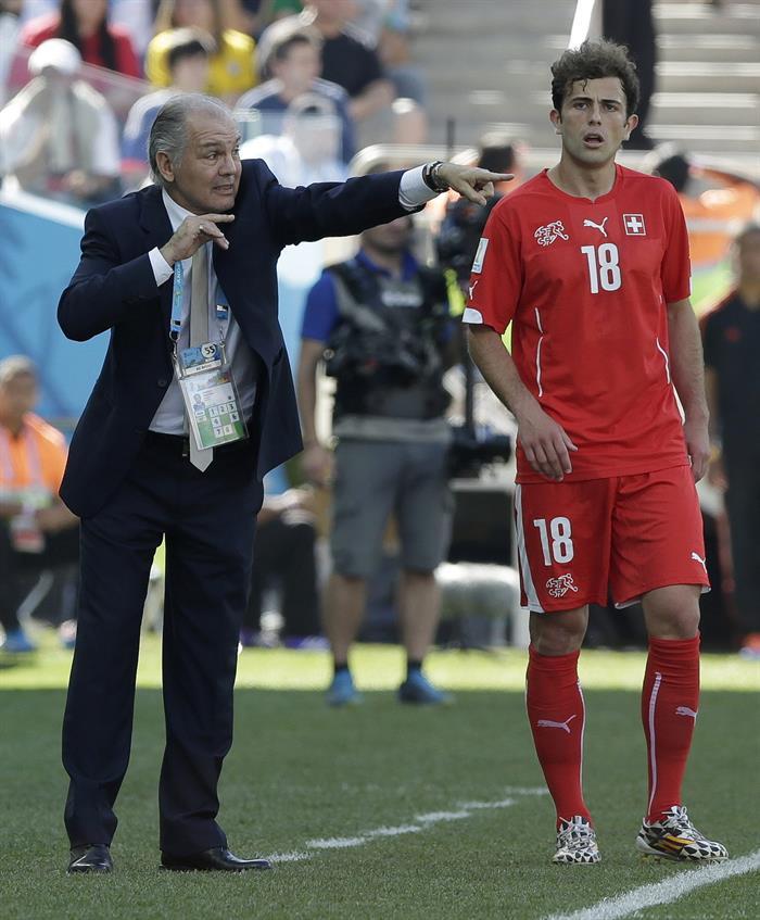 El entrenador de la selección argentina Alejandro Sabella (i) ante el delantero suizo Admir Mehmed. EFE