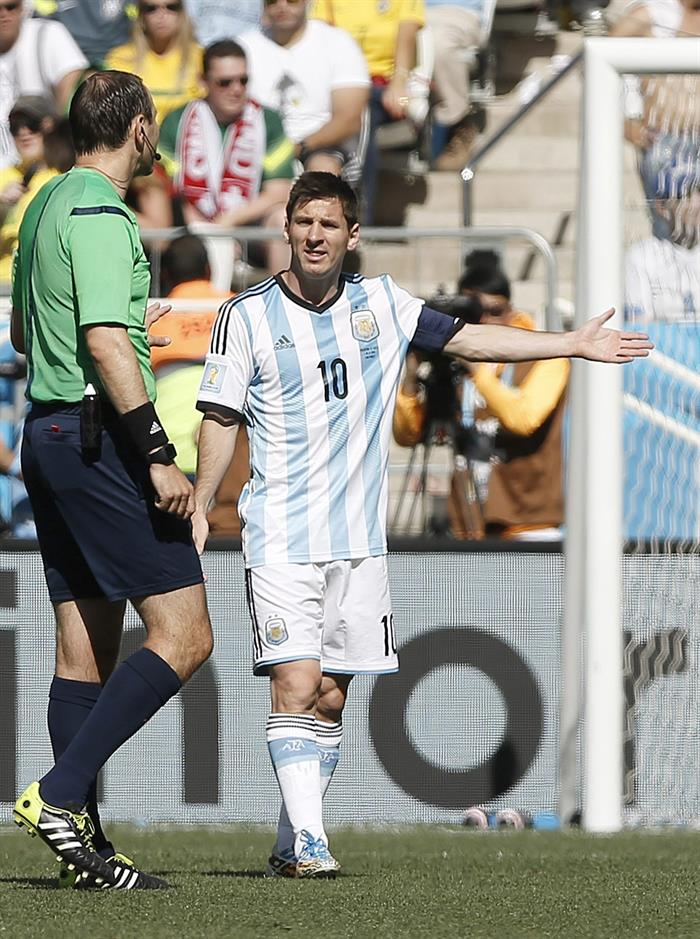 Lionel Messi of Argentina (R) argues with referee Jonas Eriksson of Sweden during the FIFA World Cup 2014. EFE