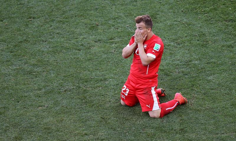 El centrocampista suizo Xherdan Shaqiri () lamenta una ocasión fallida durante el partido Argentina-Suiza. EFE
