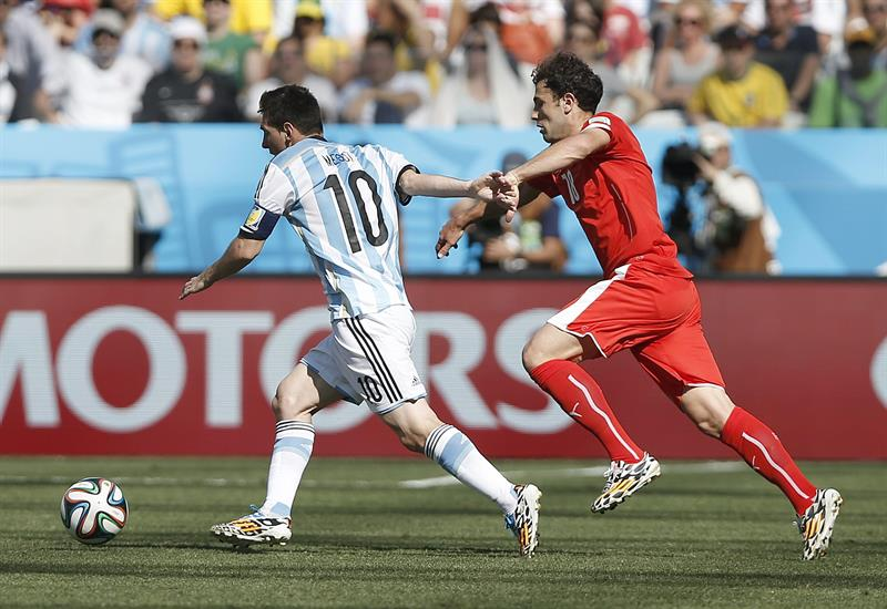 Lionel Messi of Argentina (L) and Admir Mehmedi of Switzerland in action during the FIFA World Cup 2014. EFE